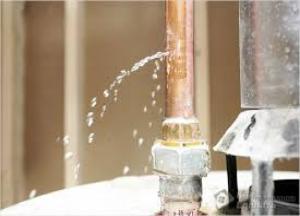 как устранить течь в трубе с водой под давлением